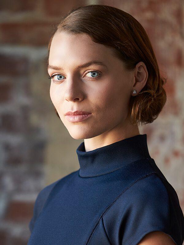 head-and-shoulders-portrait-of-young-businesswoman-PUQ4ZAK.jpg